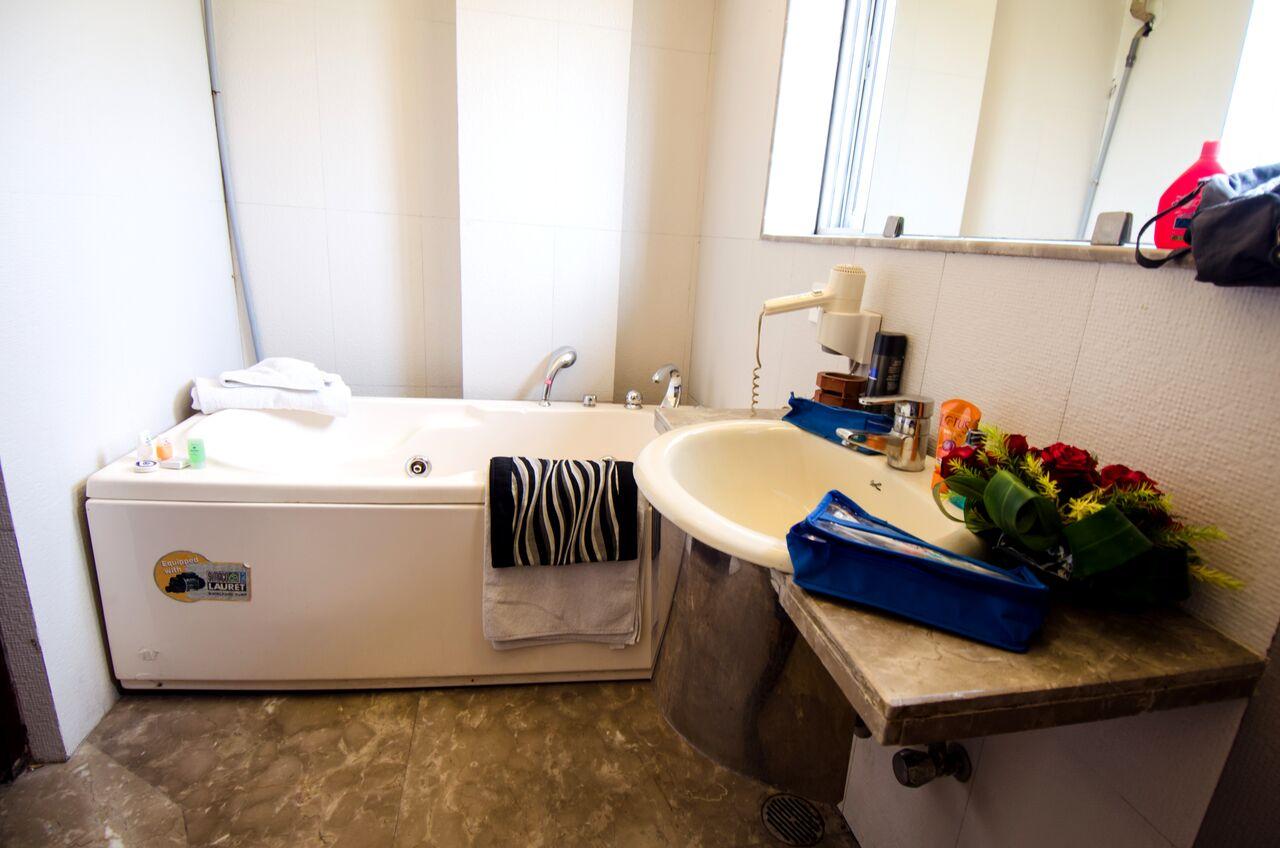 roland-hotel-bath-tub